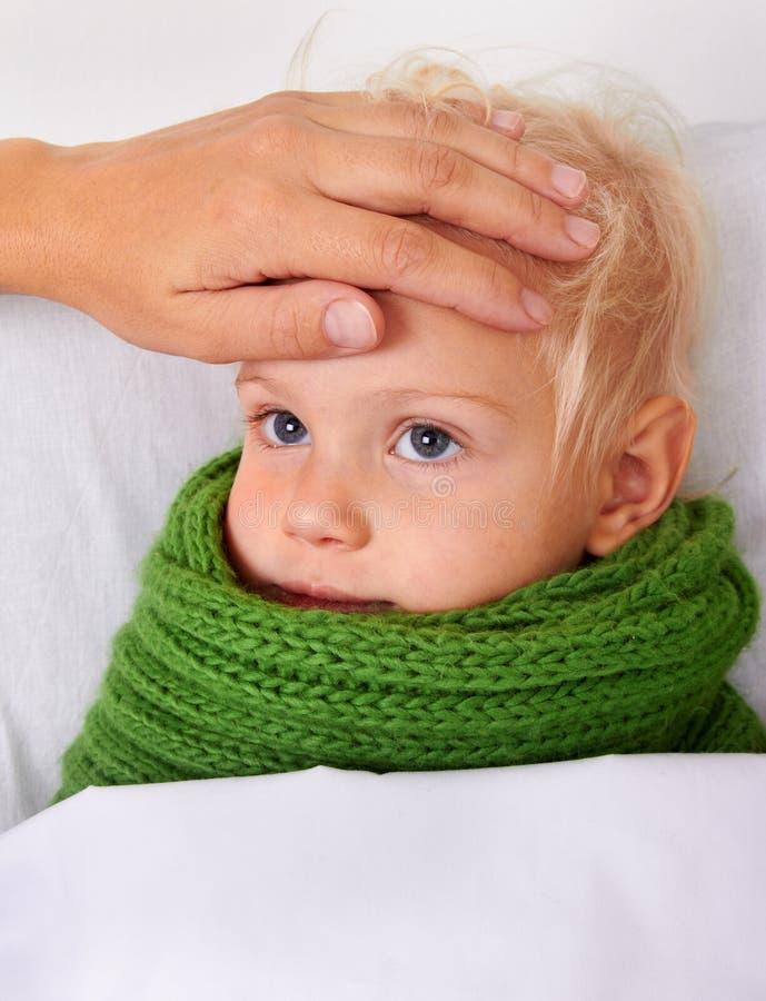 dziecko sprawdzać chorej temperaturowej kobiety obraz stock