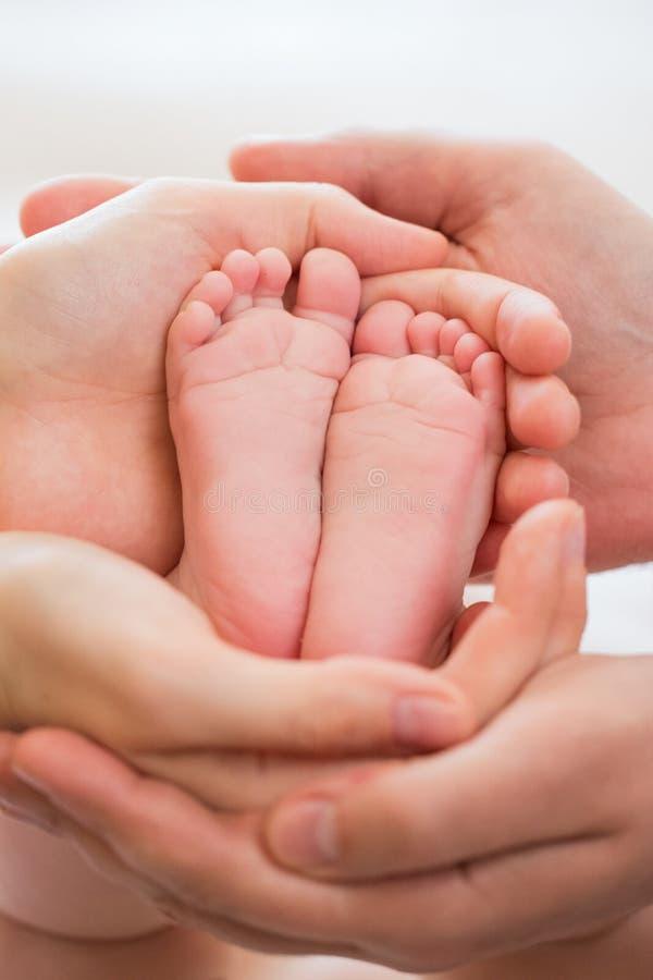 Dziecko stopa w rękach rodzice zdjęcia stock