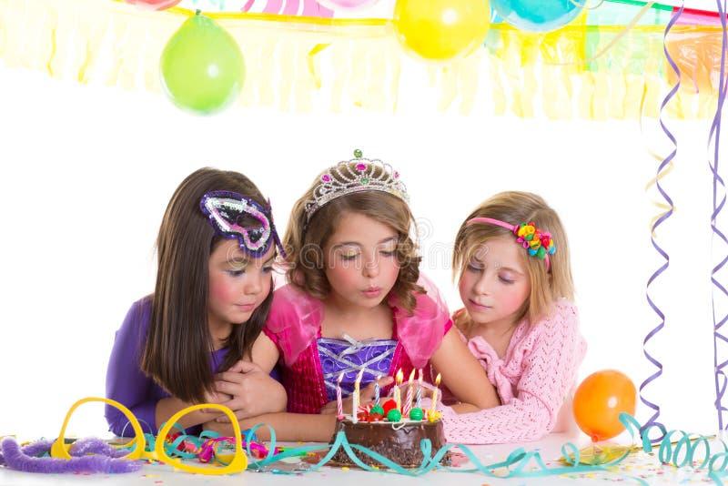 Dziecko szczęśliwe dziewczyny dmucha przyjęcie urodzinowe tort zdjęcie royalty free
