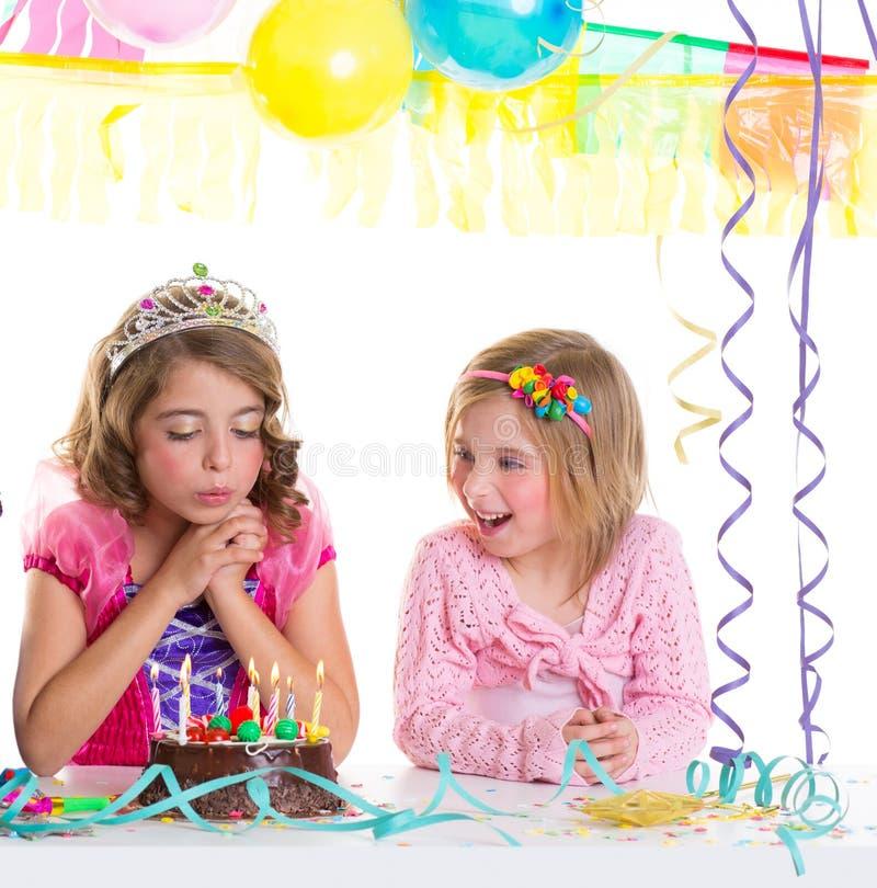 Dziecko szczęśliwe dziewczyny dmucha przyjęcie urodzinowe tort fotografia royalty free