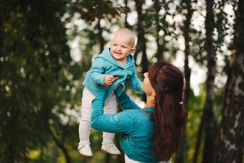 dziecko szczęśliwy jej matka zdjęcia royalty free