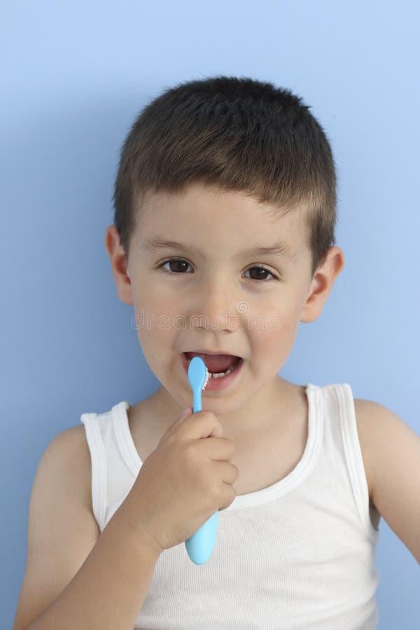 Dziecko szczotkuje zęby zdjęcie royalty free