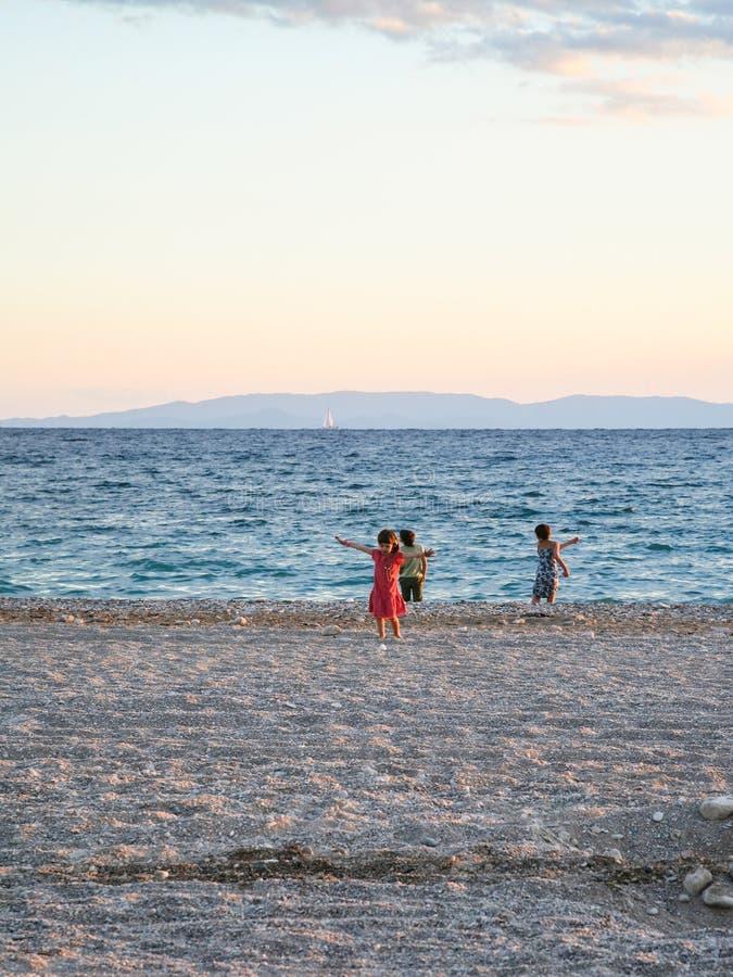 Dziecko sztuka na miastowej plaży w Ateny mieście obraz royalty free