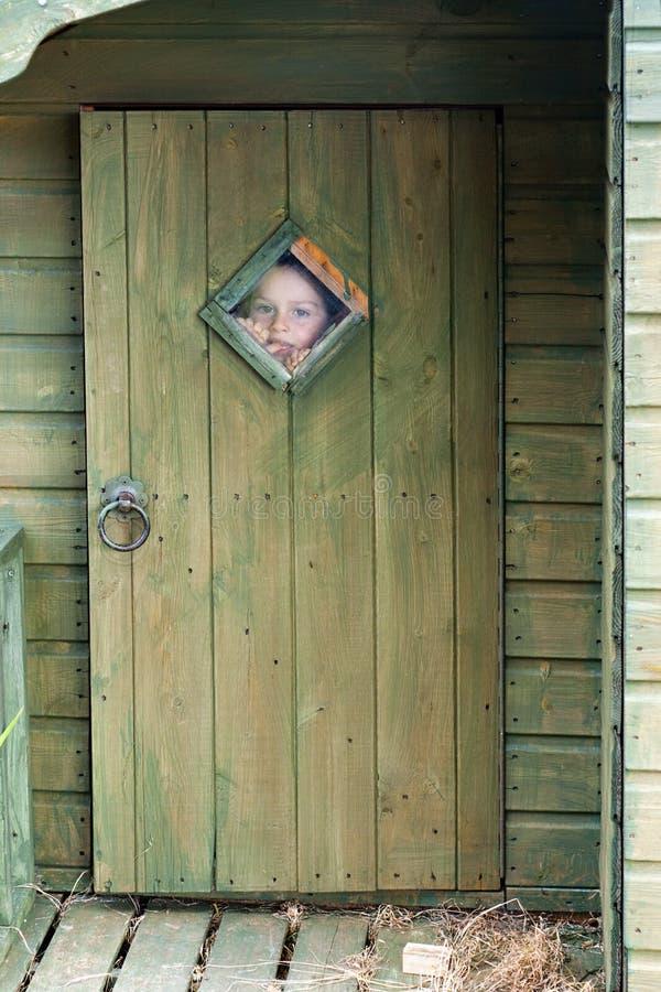 Dziecko target842_0_ przez okno