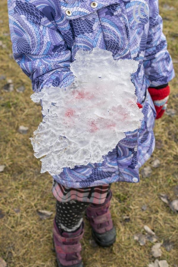 Dziecko trzyma kawałek lód fotografia royalty free