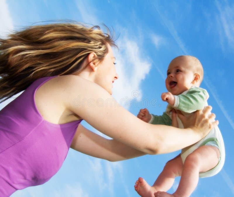 dziecko trzyma się młoda kobieta fotografia royalty free