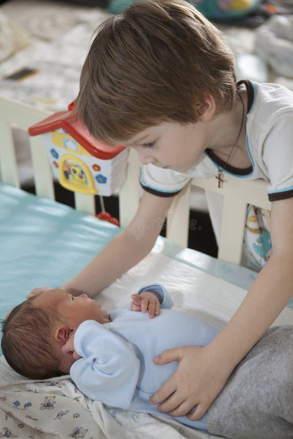 Dziecko trzyma tenderly wielkim bratem zdjęcia royalty free