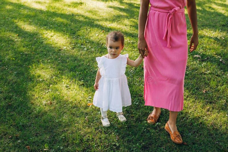 Dziecko trzymające matkę za rękę obrazy royalty free