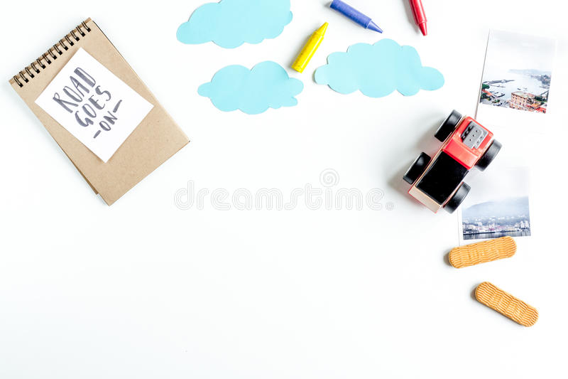 Dziecko turystyki strój z zabawkami i notatka na białego tła mieszkania nieatutowym mockup obraz royalty free
