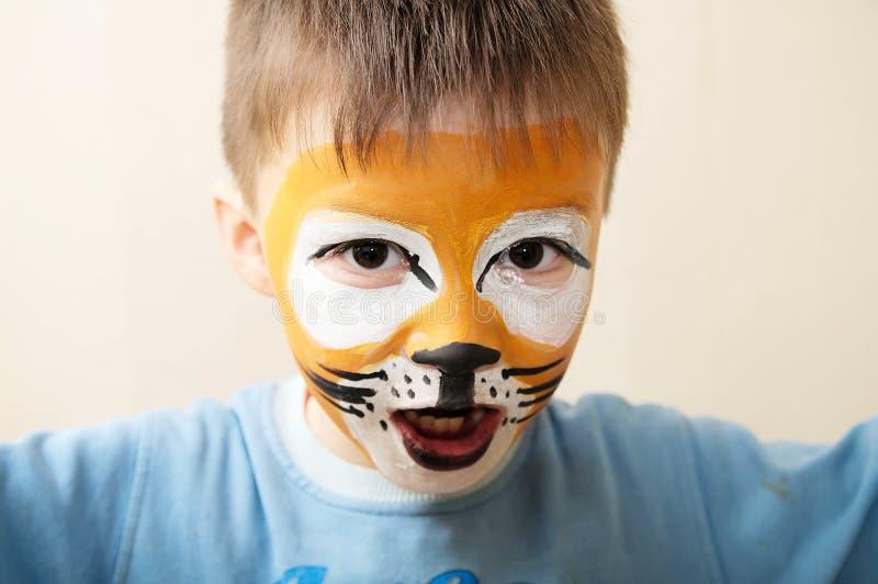 Dziecko twarzy obraz Chłopiec malująca jako tygrysi lub okrutnie lew obok uzupełniał artysty narządzanie dla teatralnie występu zdjęcie stock