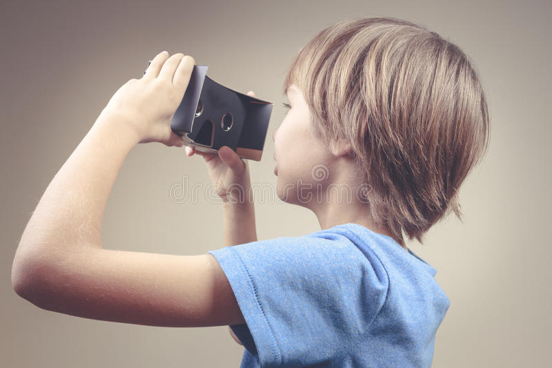 Dziecko używa nowych VR kartonu szkła obraz royalty free