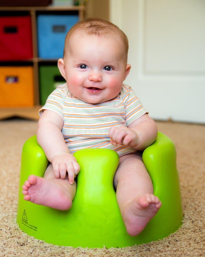 Dziecko używa trenujący Bumbo siedzenia siedzieć up zdjęcia royalty free