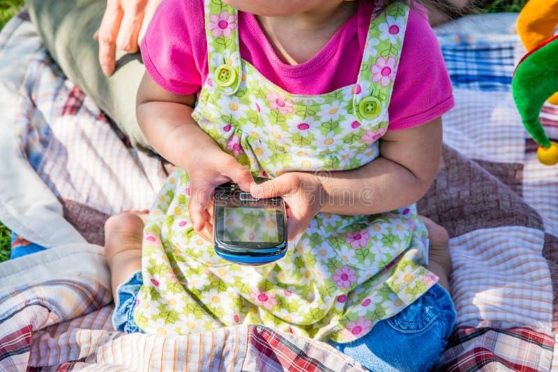 Download Dziecko Używa Telefon Komórkowego Obraz Stock - Obraz złożonej z internety, dzieciak: 41950943
