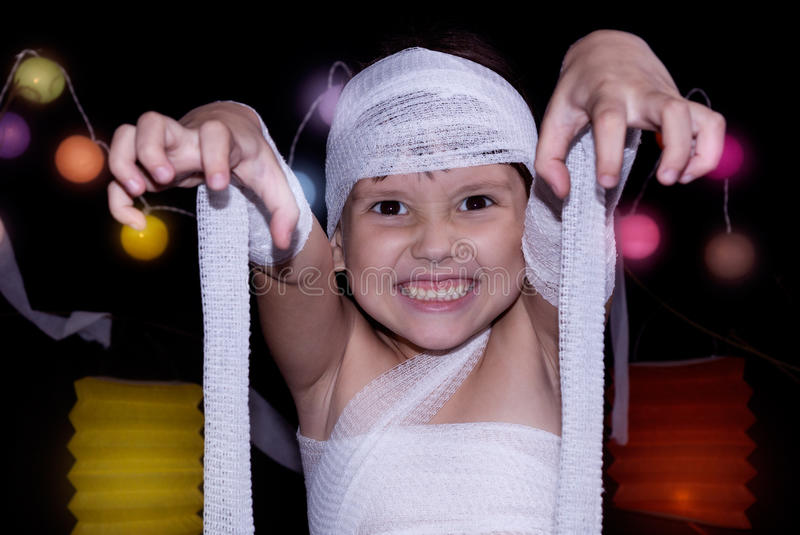 Dziecko ubierający jako mamusia zdjęcie royalty free