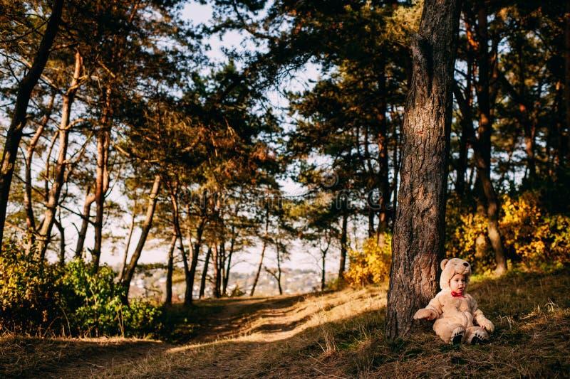 Dziecko ubierający jako niedźwiedź fotografia stock