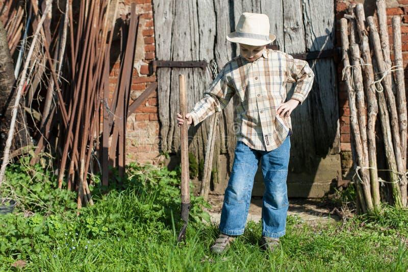 Dziecko ubierający jako rolnik z pitchfork zdjęcie stock