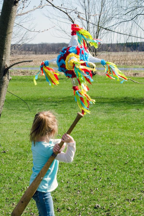Dziecko uderza pinata z kijem bejsbolowym zdjęcia royalty free