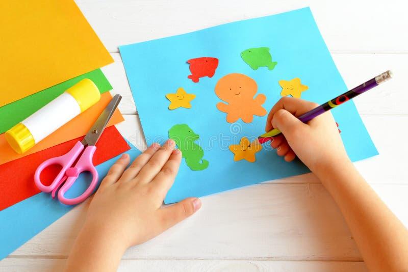 Dziecko utrzymuje ołówek w ręce i rysuje obrazy stock