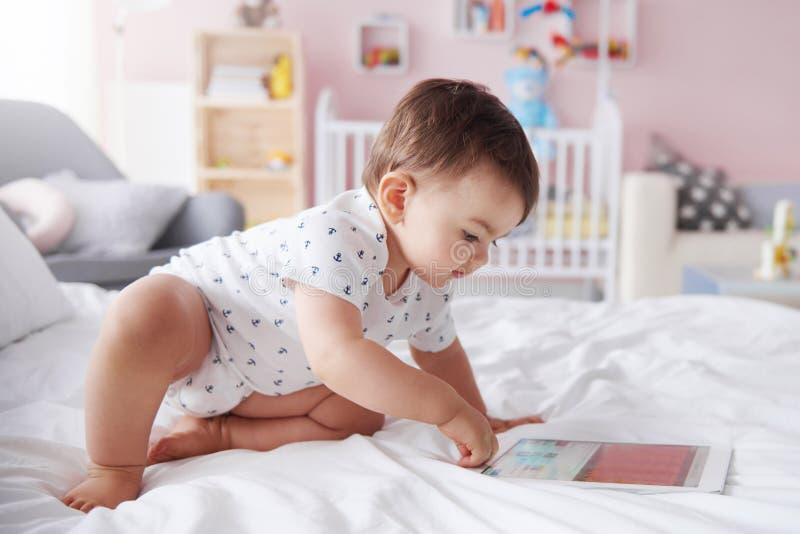 Dziecko w łóżku zdjęcie stock