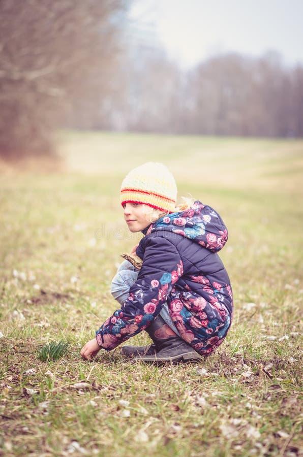 Dziecko w łące obrazy stock