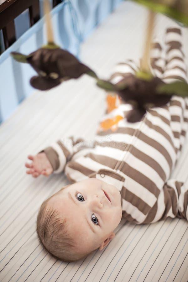 Dziecko w ściąga pod wiszącą ozdobą zdjęcie royalty free
