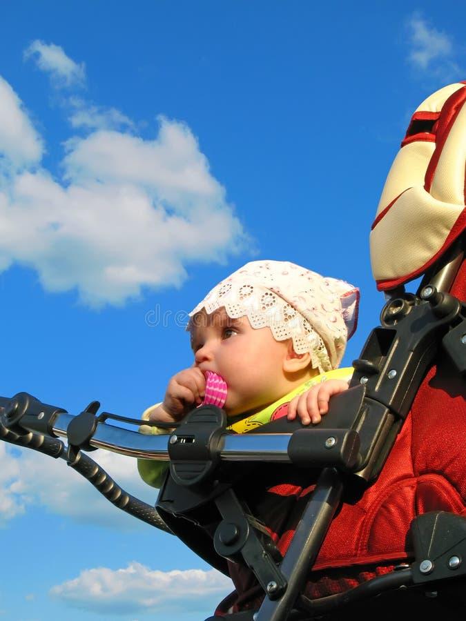 dziecko w błękitne niebo. zdjęcie stock