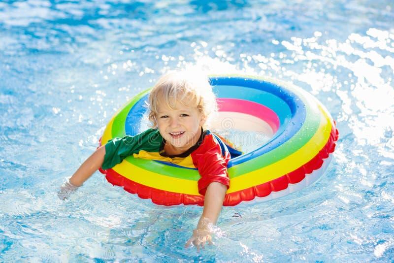 Dziecko w basenie na zabawka pierścionku Dzieciaka pływanie zdjęcie royalty free