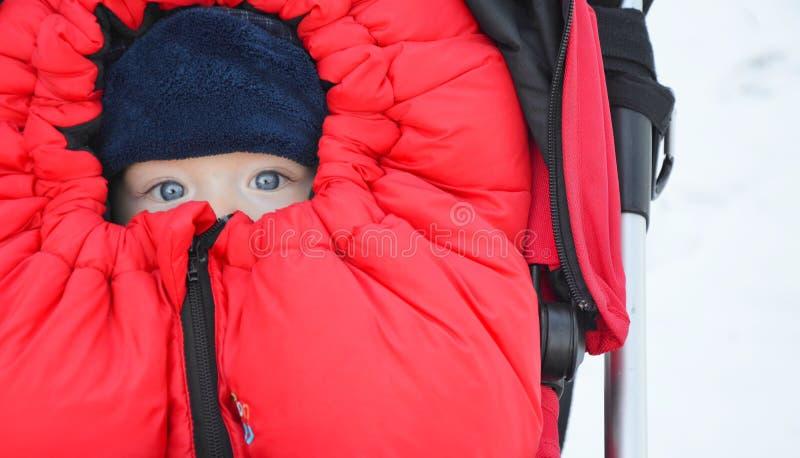 Dziecko w czerwonej stopie - mufka w spacerowiczu zdjęcia stock