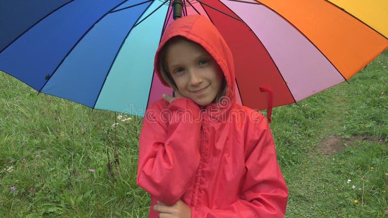 Dziecko w deszczu, dzieciaka Bawić się Plenerowy w Parkowej dziewczyny Przędzalnianym parasolu na Padać dzień zdjęcia royalty free