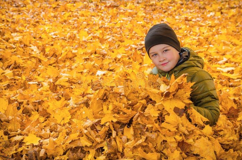 Dziecko w Jesień liść zdjęcia stock