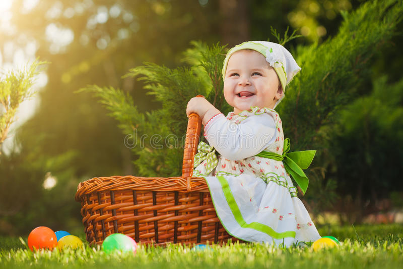 Dziecko w koszu w zielonym parku zdjęcia stock