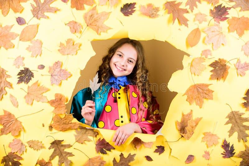 Dziecko w pozytywnym nastroju sezon prognozy dzieciak w jesień liściach mała dziewczynka w podeszczowej ochronie Spadek moda bale obrazy stock