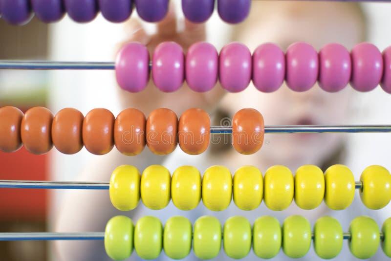 Dziecko w sala lekcyjna uczenie liczbach i menthal obliczeniu bawić się z abakusem Dziecko edukacja obraz stock
