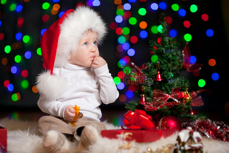 Dziecko w Santa kapeluszu na jaskrawy tle fotografia royalty free
