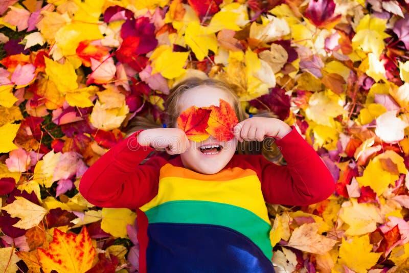 Dziecko w spadek parku Dzieciak z jesień liśćmi fotografia royalty free
