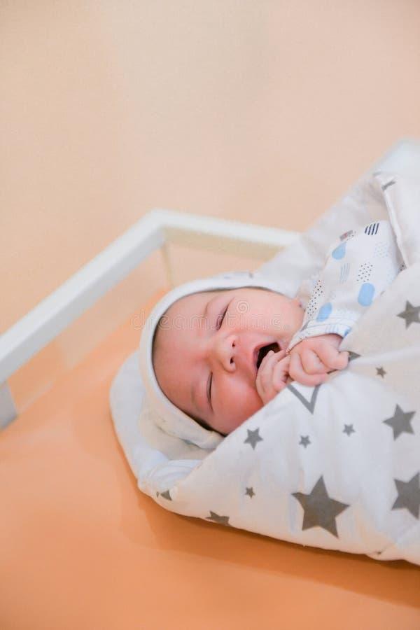 Dziecko w szpitalu. Noworodki Å›piÄ… spokojnie w Å›rodku. przed opuszczeniem polikliniki zdjęcie stock