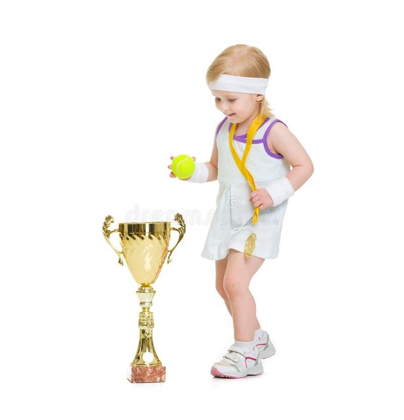 Dziecko w tenisie odziewa z medalem i czara obraz stock