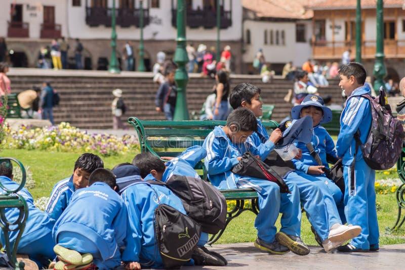 Dziecko w wieku szkolnym bawić się outdoors w Cusco, Peru fotografia royalty free