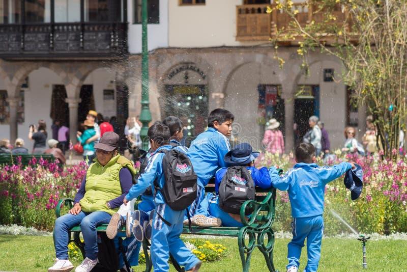 Dziecko w wieku szkolnym bawić się outdoors w Cusco, Peru obrazy stock