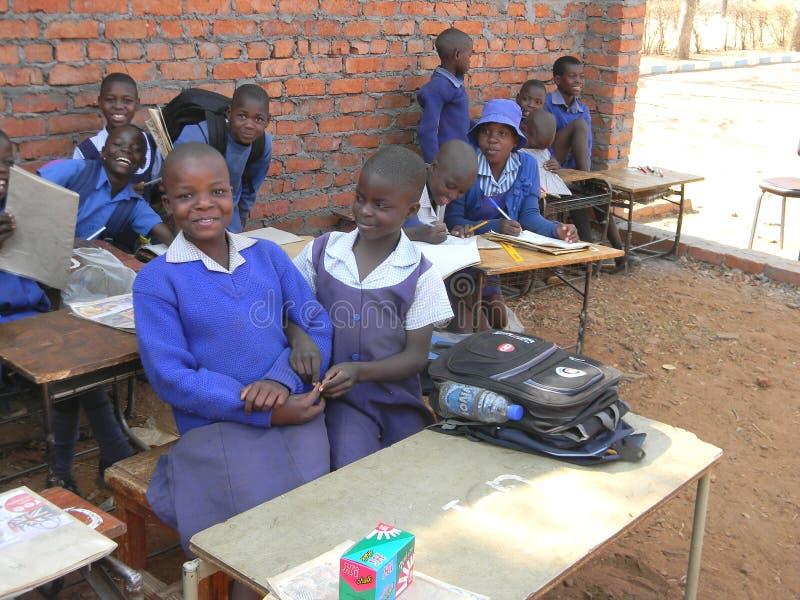 Dziecko w wieku szkolnym w niezupełnym sala lekcyjna budynku fotografia royalty free