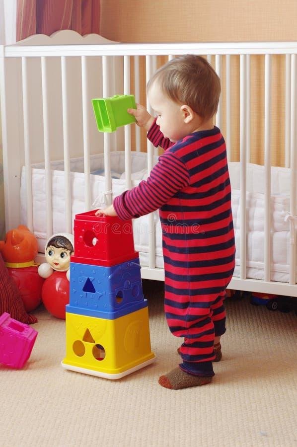 Dziecko wiek 1 rok bawić się gniazdować bloki obraz royalty free