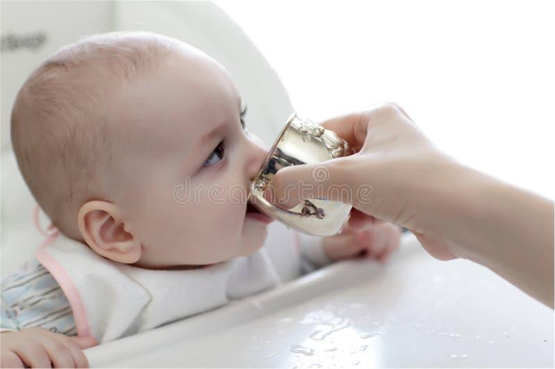 Dziecko woda pitna obrazy stock