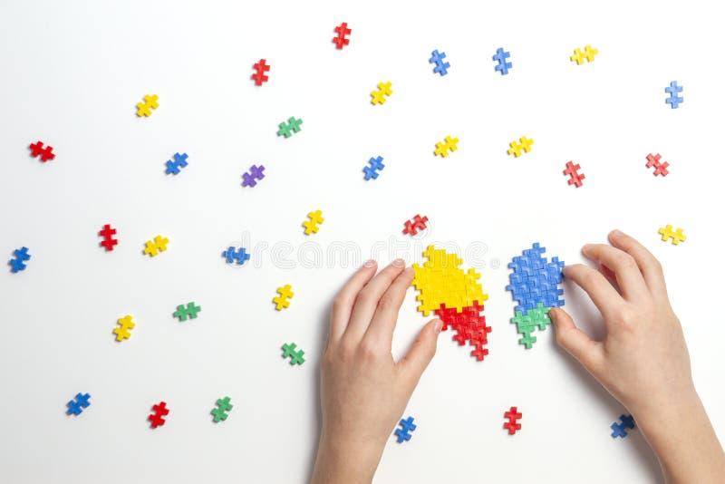 Dziecko wręcza robić multicolor sercu na białym tle Odgórny widok obrazy royalty free