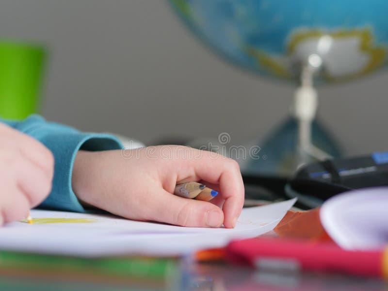 Dziecko wręcza writing przed kulą ziemską zdjęcia royalty free