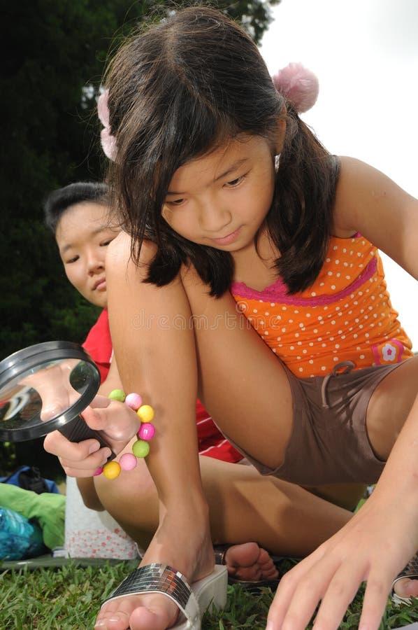 dziecko wskazówek szukać obrazy stock