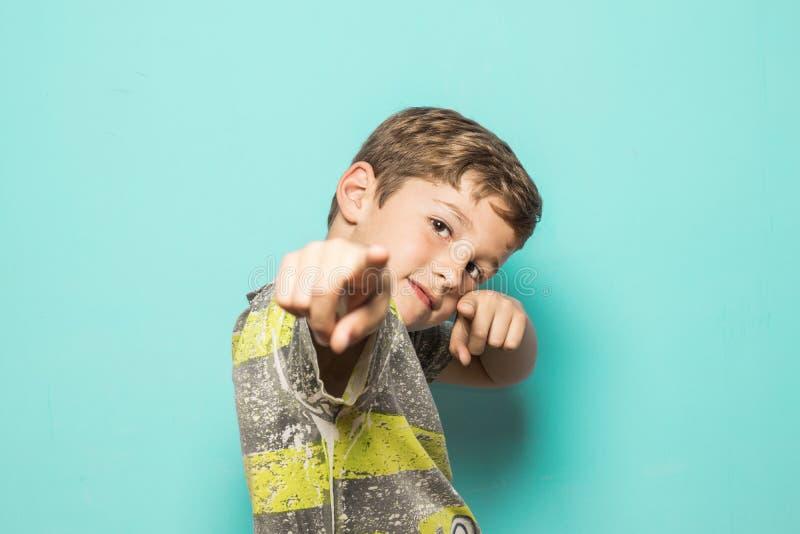 Dziecko wskazuje w kierunku kamery z palcami zdjęcie stock