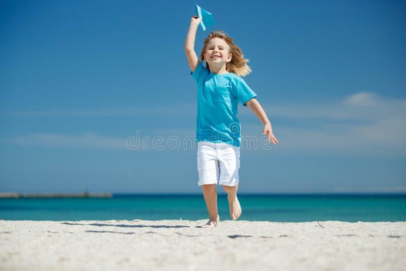 Dziecko wszczyna samolot obrazy royalty free