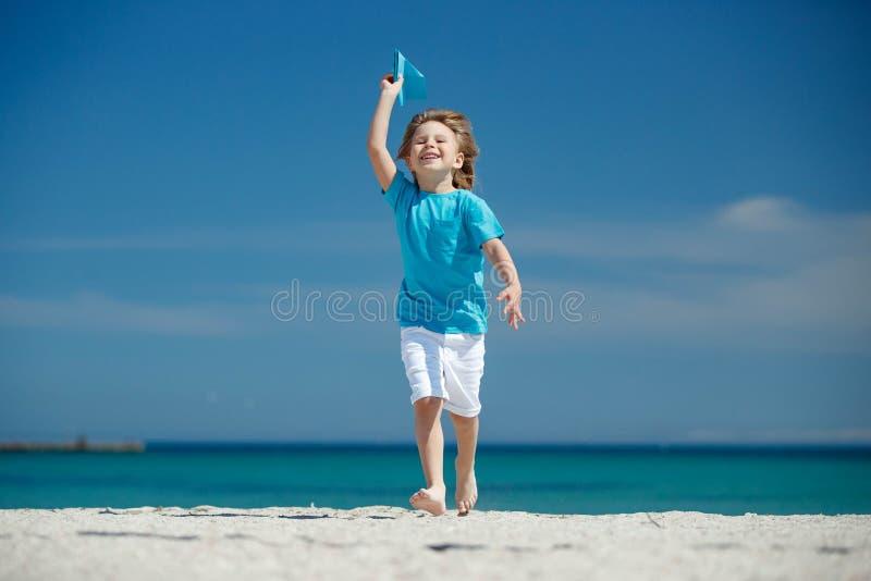Dziecko wszczyna samolot obrazy stock