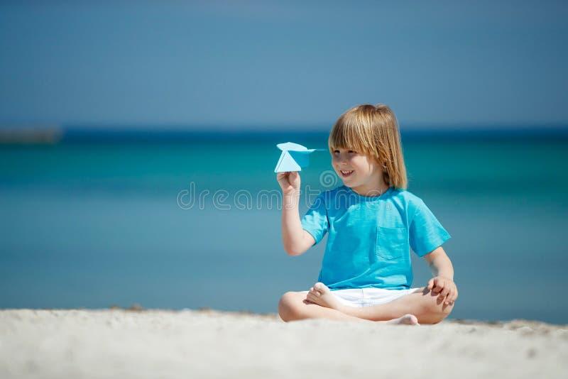 Dziecko wszczyna samolot fotografia stock