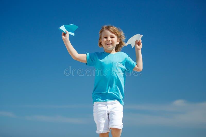Dziecko wszczyna samolot obraz royalty free